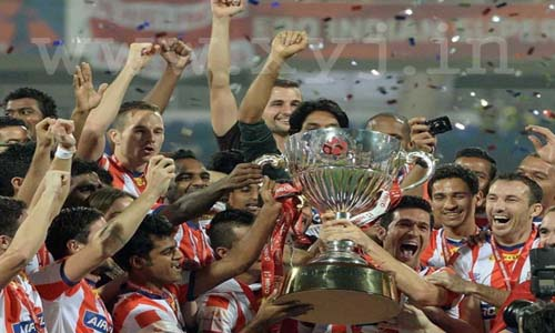 Atletico-de-Kolkata-Players-with-trophy-ISL-winning-moment-of-ATK